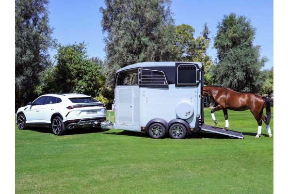 Remolque HBX Ifor Williams con Lamborghini URUS Lateral